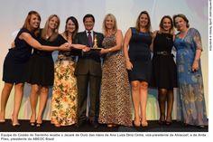 Equipe do Costão do Santinho recebe o Jacaré de Ouro das mãos de Ana Luiza Diniz Cintra, vice-presidente da Abraccef, e de Anita Pires, presidente da ABEOC Brasil
