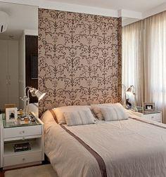 """Em um quarto de 10m², todo centímetro faz diferença. Por isso, a designer de interiores Patricia K Pasquini, do Casa Pro, optou por criar um nicho para """"encaixar"""" a cama. """"Na parede da cama foi colocado um tecido semelhante à camurça, estampado com espuma por trás para poder encostar e não ficar muito rígido"""", conta a profissional."""