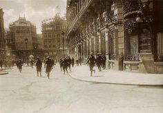 c/Sevilla esquina a cAlcalá  Madrid 1932.Guardias de asalto disuelven un grupo de alborotadores durante la huelga convocada este año por las organizaciones sindicales.