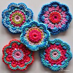 Crochet Clutch Pattern, Crochet Brooch, Crochet Earrings, Crochet Flower Tutorial, Crochet Flowers, Diy Projects To Try, Crochet Projects, Cat Sketch, Rakhi