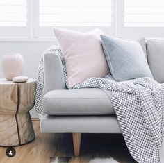 Living room details with grey sofa and pink decoration Art Teen, Home Living Room, Living Spaces, Living Area, Velvet Cushions, Furniture Styles, Decoration, Sweet Home, Lounge