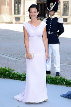Sofia Hellqvist, la novia del príncipe Carlos de Suecia llegó sola a la capilla con este minimalista vestido en color perla. Su novio entraba poco después del brazo de su madre, la Reina Silvia.