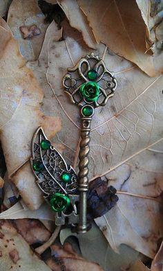 Emerald Forest Fantasy Key Pendant by DarkWolfJewelry on Etsy Key Jewelry, Cute Jewelry, Jewelery, Jewelry Making, Antique Keys, Vintage Keys, Old Keys, Keys Art, Magical Jewelry