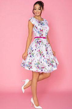 Nádherné šaty jako stvořené na svatby, letní párty, večírky nebo na pracovní schůzku. Bílá barva s potiskem růžovo-fialových květů spolu s perfektním střihem jsou hlavními trumfy těchto krásek. Pohodlný střih s lodičkovým výstřihem, krátkým rukávkem, zapínáním na zadní straně na skrytý zip, součástí růžový pásek, Materiál 95% polyester, 5% elastan. Clothing, Vintage, Style, Fashion, Outfits, Swag, Moda, Fashion Styles, Outfit Posts