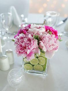 Blumengestecke Zitronen Sommerblumen Tisch dekorieren