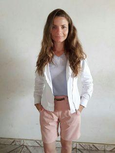 blusa azul claro, casaco branco, bermuda rosa quartz, look style feminino 2018