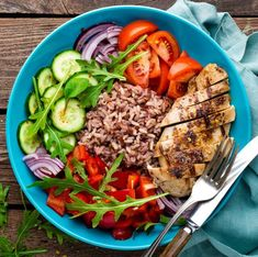 Fried chicken fillet and fresh vegetable salad of tomatoes, cucumbers, pepper, lettuce and arugula leaves. Chicken meat with salad. Best Low Calorie Foods, Low Calorie Recipes, Diet Snacks, Healthy Snacks, Healthy Eating, 21 Day Fix, Diet Soup Recipes, Healthy Dinner Recipes, Keto
