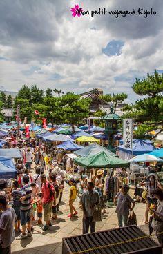 Depuis environ 20 ans, un marché a lieu dans l'enceinte du temple Chion-ji tous les 15 du mois. #Kyoto #Chionji #Marché