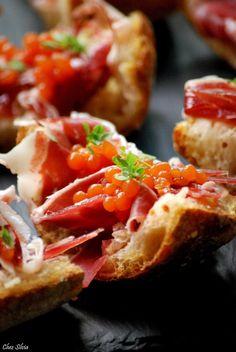 Pan con tomate en dos texturas con jamón y aroma de albahaca. / Chez Silvia