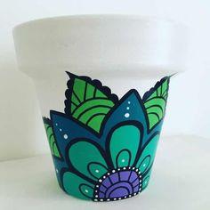 Macetas De Barro Pintadas A Mano. N°10 - $ 140,00 en Mercado Libre Flower Pot Art, Flower Pot Design, Flower Pot Crafts, Clay Pot Crafts, Painted Plant Pots, Painted Flower Pots, Decorated Flower Pots, Pottery Painting Designs, Garden Crafts