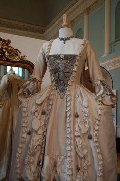 haute couture fashion Archives - Best Fashion Tips 1800s Dresses, Vintage Dresses, Vintage Outfits, 1920s Dress, Vintage Hats, Rococo Fashion, Victorian Fashion, Vintage Fashion, Rococo Dress