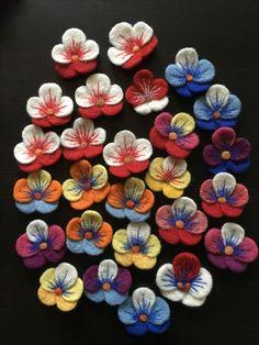 Felt Flowers, Fabric Flowers, Paper Flowers, Felt Crafts, Diy And Crafts, Baba Marta, 8 Martie, Felting, Lana