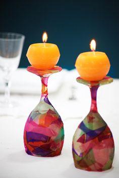 Cubra taças de vidro com retalhos de seda e decore a casa com elas.