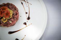 Loona Piena >> Realizzata in Krion, dalle forme semplici e raffinate esprime perfettamente la filosofia di Infinito: i piatti devono saper risaltare il buon cibo, trasmettendo emozioni. LOONA, come la collezione TeGusto, è firmata dalla Designer Cristina Zanni, che interpreta il modo di intendere e valorizzare la tavola e la mise en place di Infinito.