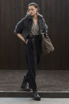 May 2020 - The complete Brunello Cucinelli Fall 2020 Ready-to-Wear fashion show now on Vogue Runway. Outfits Otoño, Casual Outfits, Stil Inspiration, Fashion 2020, Fashion Trends, Moda Vintage, Brunello Cucinelli, Fashion Show Collection, Mannequins