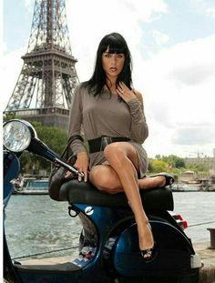 Vespa - Waiting for my date to show . Moto Vespa, Vespa Bike, Lambretta Scooter, Scooter Motorcycle, Vespa Scooters, Mod Girl, Motor Scooters, Scooter Girl, Beautiful Women Pictures