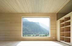 Wände und Decken sind mit Paneelen aus Tannenholz verkleidet, für die Böden kamen Vollholzdielen aus Esche zum Einsatz