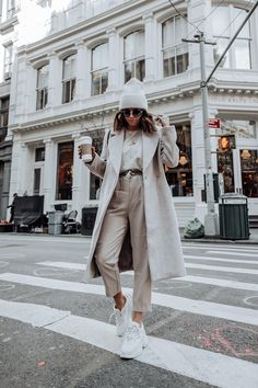 Pretty Winter Outfits You Can Wear on Repeat Winter is here! And if you need some inspiration for cold-weather fashion? Here are this year's pretty winter outfits to copy right 2020 Fashion Trends, Nyc Fashion, Winter Fashion Outfits, Fashion 2020, Look Fashion, Fall Outfits, Autumn Fashion, Fashion Mode, Warm Winter Outfits