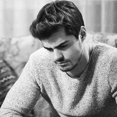Turkish Men, Turkish Beauty, Turkish Actors, Leonardo Dicaprio 90s, Hottest Male Celebrities, Celebs, Poetry Quotes In Urdu, Grunge Boy, Handsome Actors
