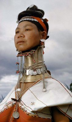 Padaung people (Kayan or Long Neck) are humanity's heritage and one of the greatest treasures of our world. The Padaung are an ethnic minority in Myanmar; and part of the Kayan tribe. Note: extant Padaung people have migrated to western Thailand. Tribes Of The World, People Around The World, Cultures Du Monde, World Cultures, Costume Ethnique, Fotojournalismus, Tribal People, Body Modifications, Interesting Faces