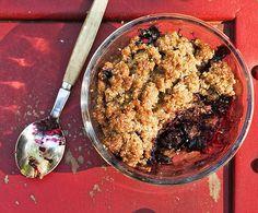 Kesän helpoin jälkiruoka on mummon mustikkarättänä. Ruisjauhot ja voi nypitään nopeasti murumaiseksi ja lusikoidaan kulhoihin mustikoiden kanssa, ja ei kun