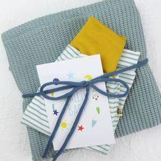 Hier siehst Du eine Vorauswahl an Geschenke Sets mit Gelber Knopf Einzelstücken. Falls Du ein Geschenk für Dich selber oder für Freunde suchst, bist Du hier genau richtig!  Die fertig zusammengestellten Sets hier, diene als Inspiration.  Für mehr bitte auf www.gelberknopf.de gehen und stöbern!   #geschenke #baby #schenken #gelberknopf Gift Wrapping, Tableware, Inspiration, Fabric Crown, Early Voting, Gift Wrapping Paper, Biblical Inspiration, Dinnerware, Dishes