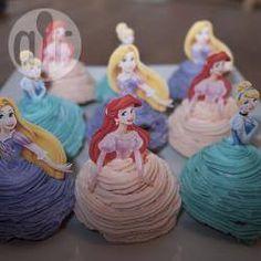 Bak eerst gewone cupcakes en glazuur ze vervolgens met boterroomglazuur. Gebruik een cocktailprikker om een geprinte prinses op de cupcake te bevestigen en je bent klaar.