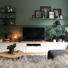 ~A little touch of Gold✨~ Zie je ze? Vind de kleur steeds mooier worden in co… ~ A little touch of Gold✨ ~ Do you see them ? Find the color becoming more beautiful in combination with the green! Living Room Green, Home Living Room, Interior Design Living Room, Living Room Designs, Living Room Decor, Bedroom Decor, Living Room White Walls, Apartment Living, Room Colors