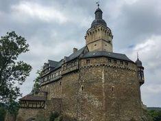 Prunkvolle Schlösser und mittelalterliche Burgen findet man nicht nur am Rhein, sondern auch in Norddeutschland, nämlich im Harz. Hinzu kommen noch unzählige alte Klöster, auf die ich aber in einem anderen Artikel gesondert, im Zuge des Klosterwanderweges, eingehen werde. Einige Burgen sind noch unversehrt, viele von ihnen wurden aber im Laufe der Geschichte zu Ruinen. Meine fünf Favoriten bei den Schlössern und Burgen habe ich Euch hier aufgelistet. Burg Hohnstein Die Burg Hohnstein ist…