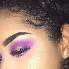 this was supposed to be the reverse ombré eyeliner look but these colors weren't bright enough so I switched it into a halo eye. entire look was done using products by @anastasiabeverlyhills :- 'self made palette.' also, their dipbrow pomade in 'ebony' and highlighter in 'so hollywood.'  #day5