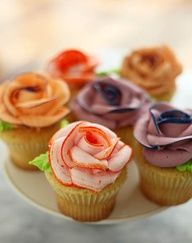 How to Pipe multi colored Icing Roses / hoe meerkleurige roos spuiten van botercreme gepind door www.hierishetfeest.com