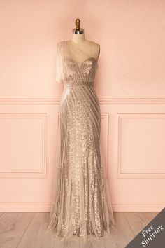 Wow. Si j'avais 428$ à dépenser sur une robe ben trop chic pour être utile, je pense que je le mettrais là-dessus. C'est magnifique!