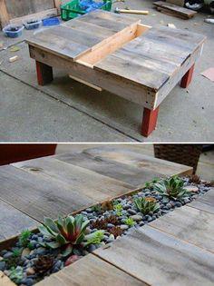 Mesa de madera de pallets con centro para decoración con plantas.