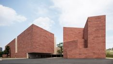 Blocks of red sandstone cover the volumes of a new design museum by Álvaro Siza and Carlos Castanheira on the Chinese Academy of Art campus in Hangzhou. Alvar Aalto, Hangzhou, Bauhaus, Marble Price, Exterior Cladding, Intelligent Design, Design Museum, Floor Design, Facade Design