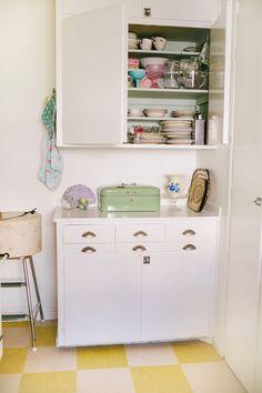 Silversaga | Damernas Världs inspirerande vintageblogg | Sida 2 -- I love this kitchen. Oh, for a kitchen window!