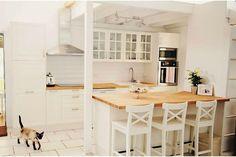 Een keuken met een ontbijtbar is ruimtebesparend. Verlend je keukeneiland met een ontbijtbar of maak er zelf één, je hebt alleen een smalle tafel en krukken nodig.