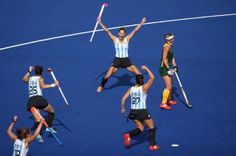 Luciana Aymar Photos - Luciana Aymar of Argentina celebrates scoring the opening goal with her team mates during the Women's Pool WB Match between Argentina and South Africa at the Hockey Centre on July 2012 in London, England. Missy Franklin, Sports Awards, Michael Phelps, Field Hockey, Olympics, Basketball Court, United States, Swimming, Peak Performance