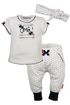 Wit meisjes kleding setje OMG van het kinderkleding merk Dirkje babywear. Dit setje bestaande uit een witte tshirt met korte mouwen, met blauwe opdruk OMG en een wit broekje effen broekje en een witte hoofdband.