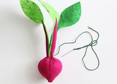 DIY Plantable Felt Garden Box – A Beautiful Mess - Metarnews Sites Diy Gifts For Kids, Diy For Kids, Crafts For Kids, Felt Diy, Felt Crafts, Felt Play Food, Garden Boxes, Beautiful Mess, Felt Fabric