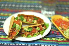 Nog een heerlijke klassieker uit de Mexicaanse keuken. Varieer zelf met verschillende soorten rauwkost. Guacamole is in supermarkten kant- en klaar verkrijgbaar, maar check wel de ingrediënten want deze is lang niet altijd vegan. Zelf maken kan natuurlijk ook; het is niet moeilijk en bovendien vaak nog lekkerder ook!
