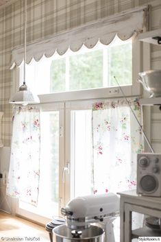 LOVE the scalloped edge on this window treatment.