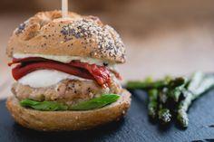 Italiaanse kipburger met pestomayonaise. Een verrassend snel recept voor een lekkere burger.