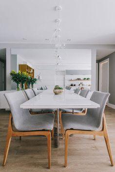 O Studio Leandro Neves conseguiu espaço para copa, canto de leitura e home office neste apê carioca, onde o cinza domina o décor