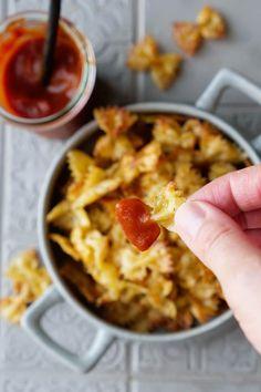 Knusprige Nudeln mit Soße sind der Tiktok Trend. Ich bereite die Pastachips ganz einfach im Backofen zu. Der perfekte Snack für den Fernsehabend. #pastachips Pasta Chips, Foodblogger, Oven, Easy Meals, French Fries Crisps