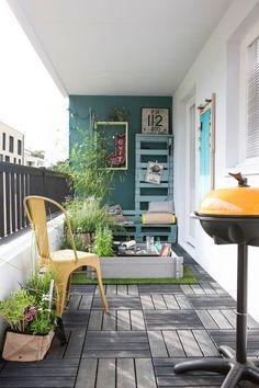 Un balcon ou petite terrasse en ville bien aménagée
