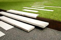 Concrete steps, betonnen tredes, betonnen trap. Beton en gras.