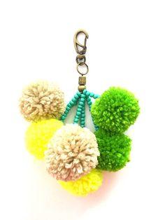 verde/neon/bege Pom Pom Crafts, Yarn Crafts, Macrame Wall Hanging Diy, Unicorn Halloween, Diy Keychain, Make Your Own Jewelry, Fabric Beads, Handmade Beads, Cute Crafts