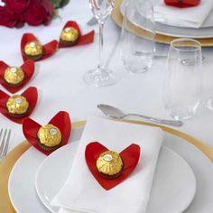 Diese Origami-Herzen sind ganz leicht zu falten und eignen sich als romantische Tischdeko am Valentinstag.