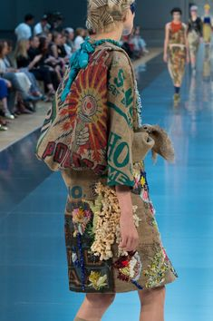 View all the detailed photos of the Maison Martin Margiela haute couture fall 2015 showing at Paris fashion week. Colourful Outfits, Unique Outfits, 2015 Fashion Trends, Fashion Brands, Estilo Hippy, Quirky Fashion, Haute Couture Fashion, Refashion, Wearable Art