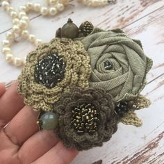 Yarn Flowers, Cloth Flowers, Silk Flowers, Brooches Handmade, Handmade Beads, Handmade Flowers, Fabric Flower Brooch, Fabric Flower Tutorial, Textile Jewelry